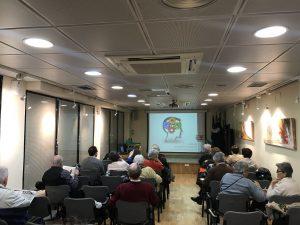 Segunda fotografía del taller en el Centro de Mayores Sagasta organizado por Academia Neurona.